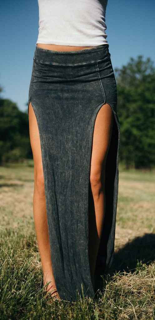 summer-outfits-split-denim-maxi-skirt